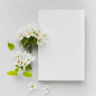 花の横の机の上の本
