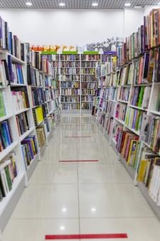 상점의 선반에 책. 다양한 종류의 문학. 흐리게.