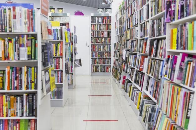 상점의 선반에 책. 다양한 종류의 문학.