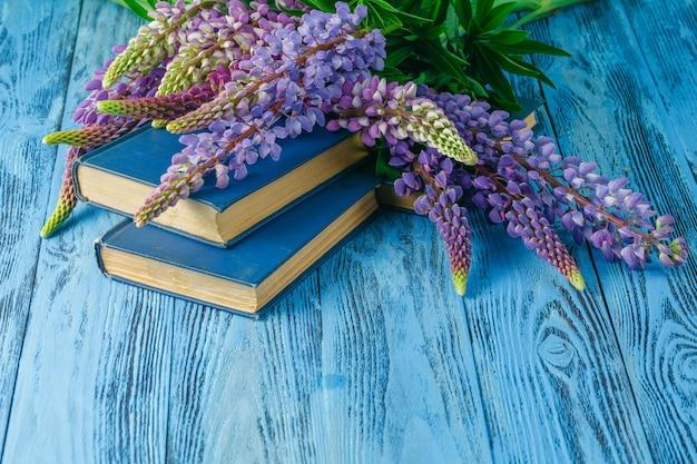 花と夏の庭のテーブルの本