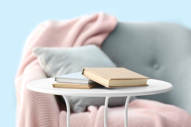 방에있는 테이블에 대 한 책