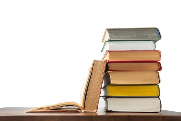 Книги на столе изолированы