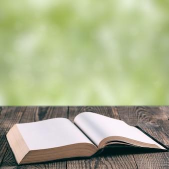 Книги на фоне дерева Premium Фотографии