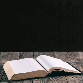 木の背景の本