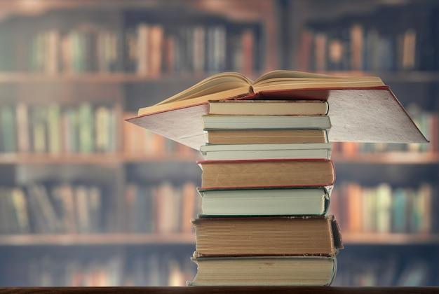 도서관의 탁자 위에 책