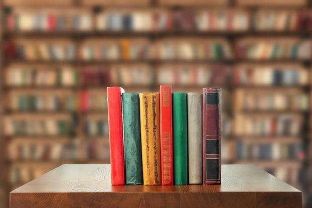 Книги на столе в библиотеке