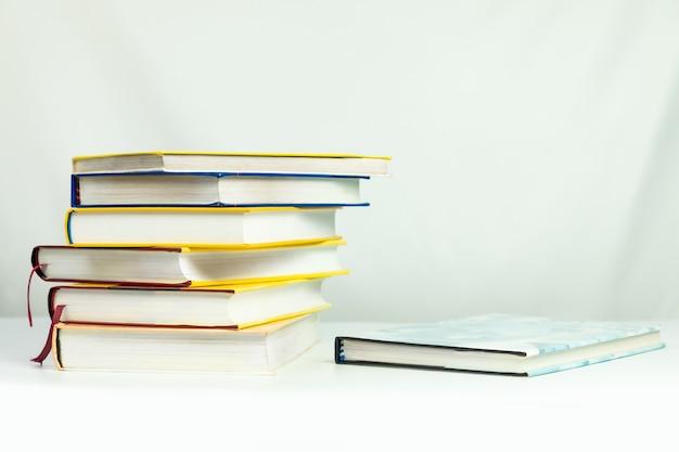 Книги на столе, изолированные на белом фоне