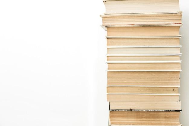 흰색 표면에 책