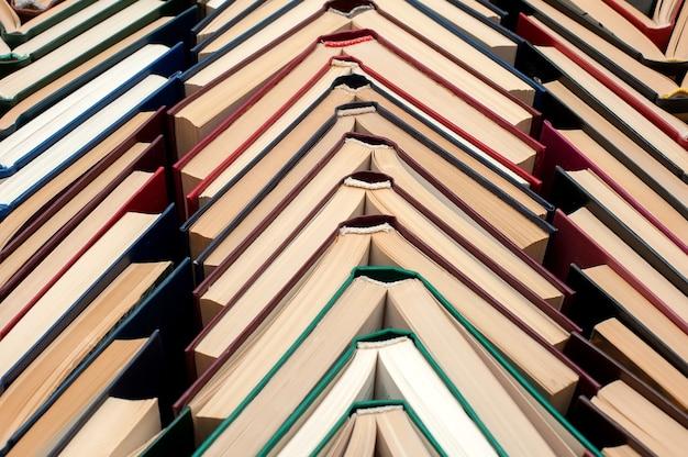 책은 서로 다른 색상의 책 더미에서 열립니다.