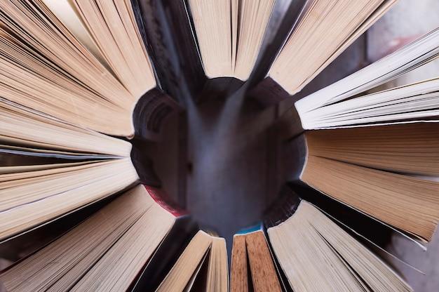 Libri organizzati in cerchio