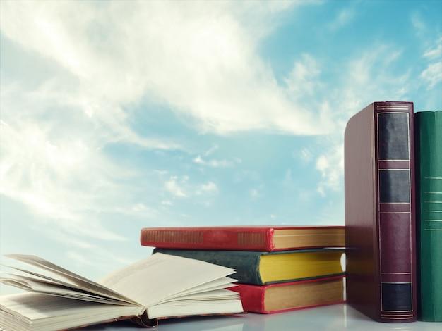 구름과 하늘 위에 책