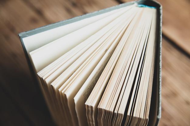 木製の机の本のページ