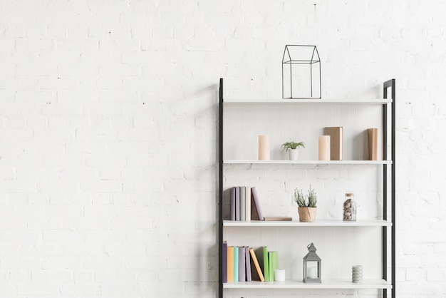 거실 선반에 책, 쇼 식물 및 양초
