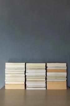 本は机の上に積み重ねられます