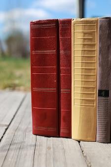 Книги стоят на столе