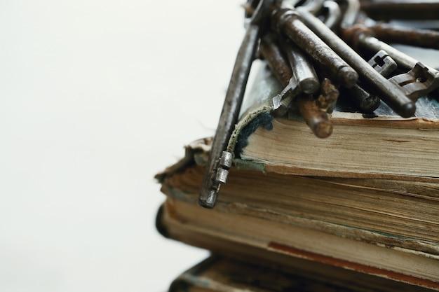 오래 된 녹슨 열쇠와 책