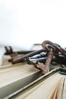 Книги со старыми ржавыми ключами