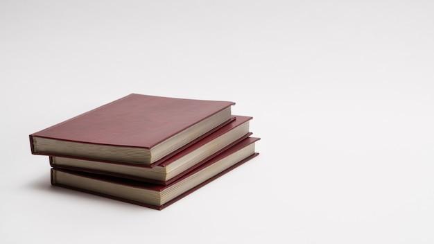Книги с красной крышкой на белом фоне, изолированные. обратно в школу