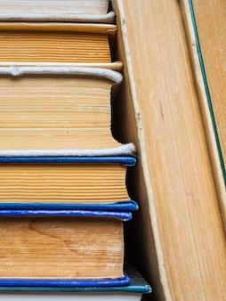 ハードカバーに黄ばんだページのある本。古い本の汚れたページ
