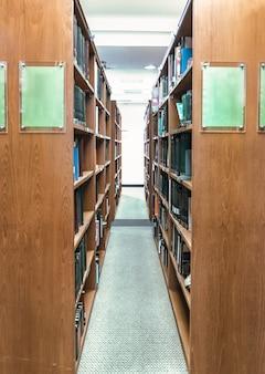 도서관에 있는 책장 갈색 채널 상자