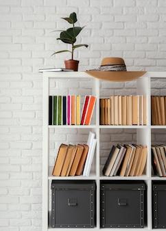 식물과 모자가있는 책장