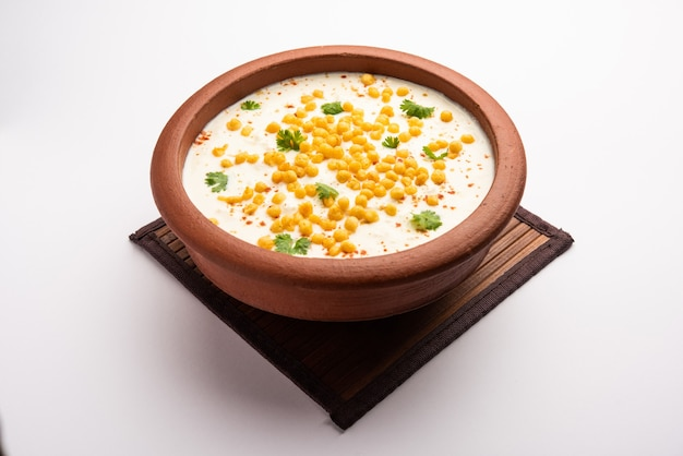 Бунди раита - это северно-индийский гарнир, приготовленный из приправленного йогуртом и бунди или хрустящих шариков из муки, обжаренных в граммах.