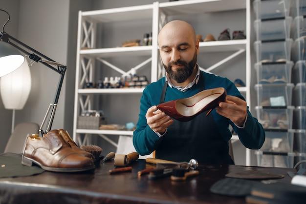 ブーツメーカーによる靴の修理、靴の修理サービス。