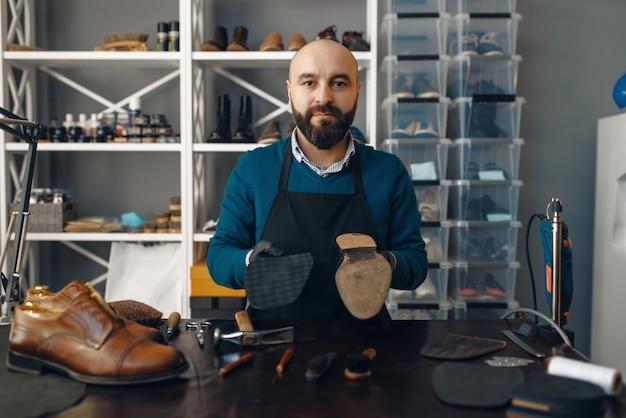 ブーツメーカーによる靴の修理、履物の修理