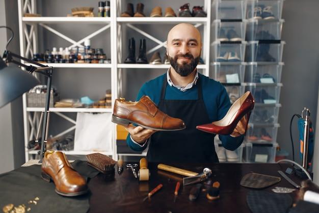 ブーツメーカーは修理された靴を示しています