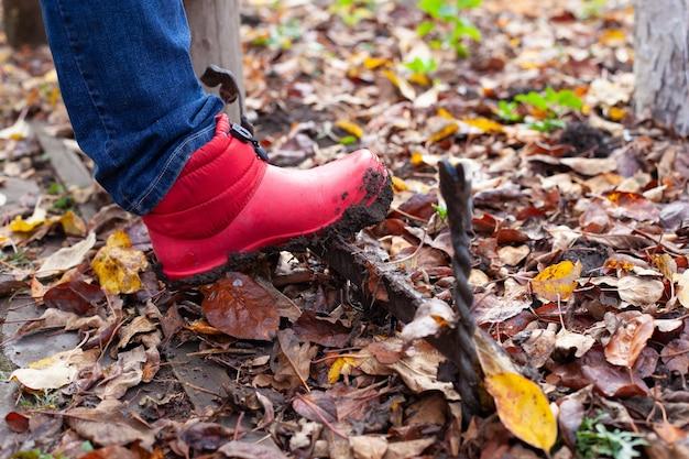 Ботинки на ботинках розовые непромокаемые сапоги очищают от грязи с подошвы по английской традиции ...