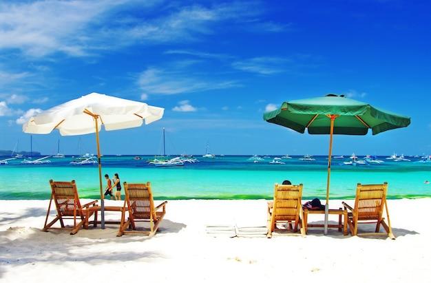 ボラカイ島のビーチ。フィリピンで最高の島でのトロピカルホリデー