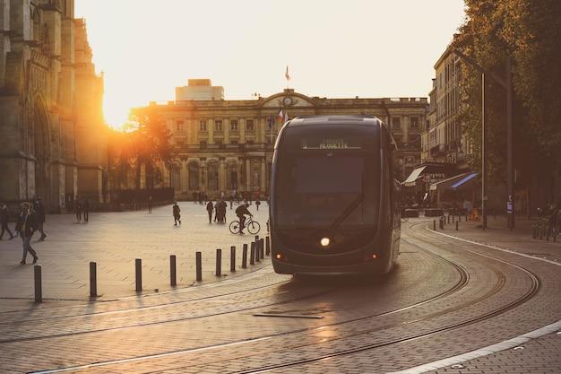 보르도, 프랑스-2020 년 10 월 1 일 : 보르도, 프랑스에서 일몰 동안 트램이있는 도시 거리 풍경