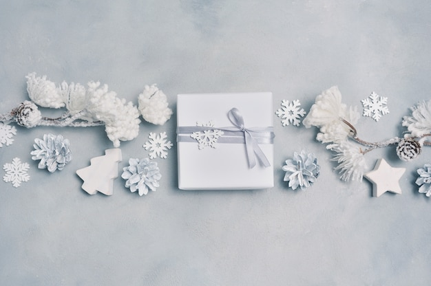 ボーダーデザインクリスマスギフトボックス、コーン、雪片でクリスマスグリーティングカード