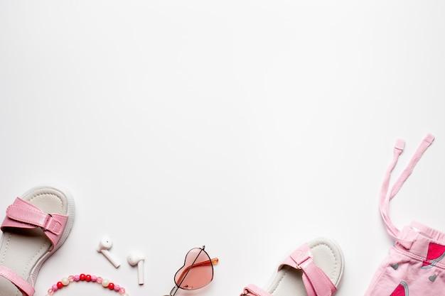 白い背景の上のコピースペースビーチ夏の休日の女の子のアクセサリーとボーダーデザインフラットレイ