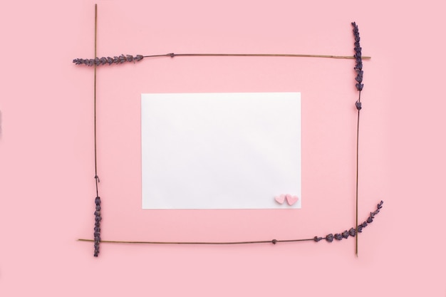 핑크 파스텔 배경에 말린 라벤더 꽃으로 만든 테두리 프레임