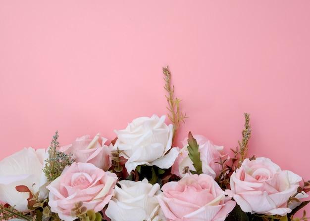 ピンクの背景にパステルピンクのバラの花で作られた枠