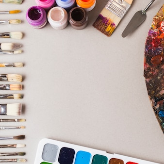 Граница из красок и художественных инструментов