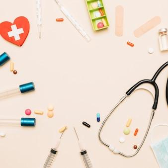 Граница со стетоскопом и лекарствами
