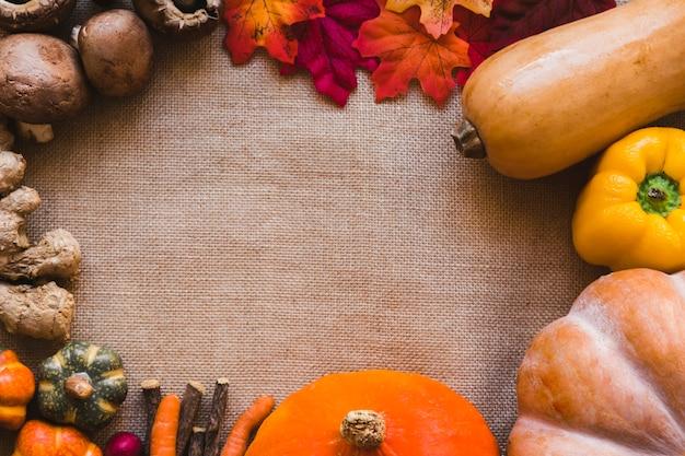Граница из овощей и листьев