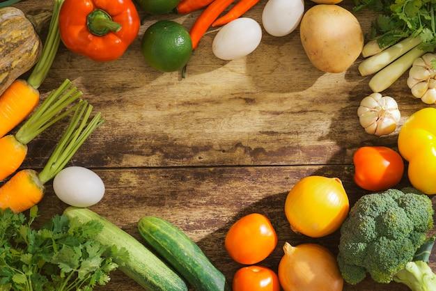 신선한 과일과 채소로 국경 만들기