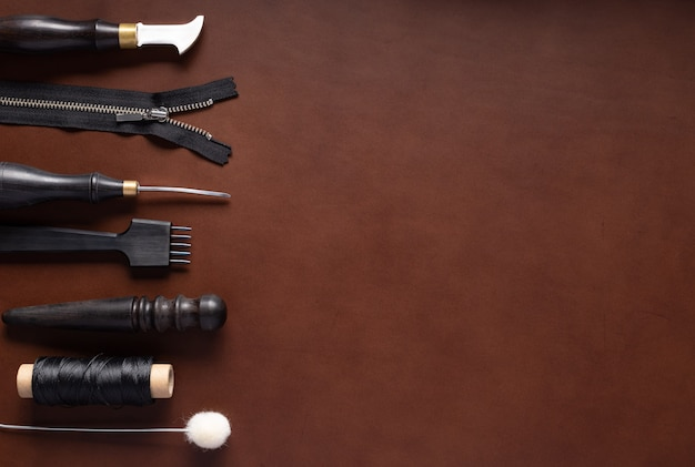 革製品を作るためのさまざまなツールの境界。