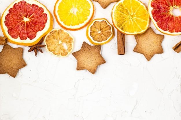 さまざまな柑橘系の果物やスパイスの乾燥スライスの境界線