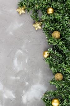 Граница из еловых веток и золотых новогодних шаров и звезд