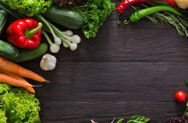 Граница свежих овощей на дереве с копией пространства