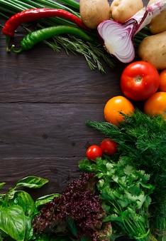 Граница свежих овощей на деревянных фоне с копией пространства