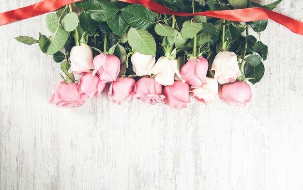 木製のピンクのバラの境界線