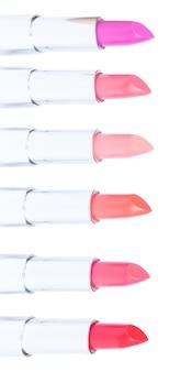瞳孔の境界線、白い背景で隔離の開いた口紅のピンクと赤の色合い