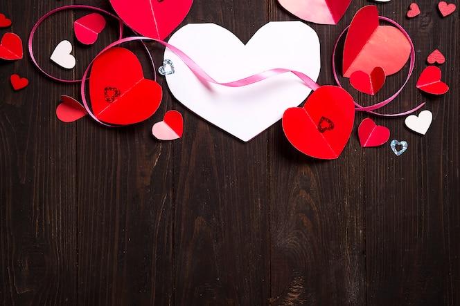 赤い紙の心の境界線メディア愛を置く