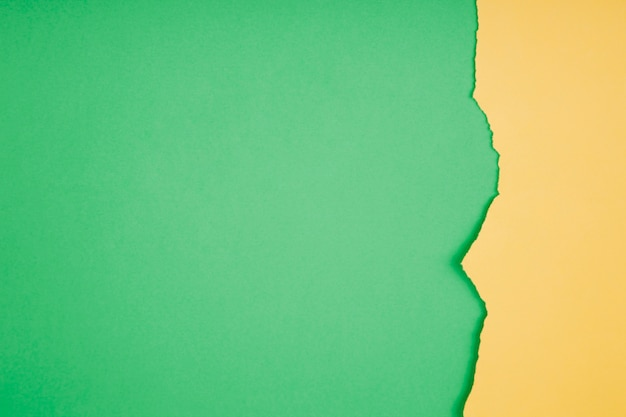 녹색에 찢어진 된 종이의 테두리