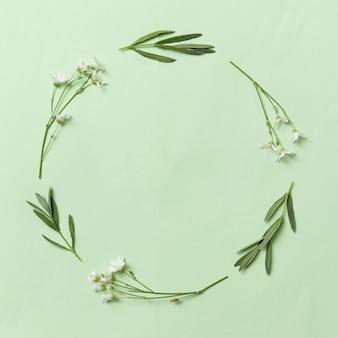 초대장의 테두리 또는 프레임. 꽃 잎과 식물이 있는 초대용 현대 화환.